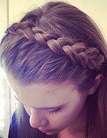 长头发女生制作古典美飘逸梳发 中式编扎发配染出的浅发色造型
