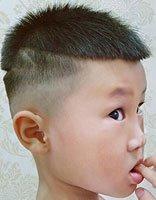 拒绝平平无奇男童最好这样剃平头 2018流行款儿童平头发型图片