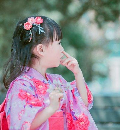 小萝莉穿和服发型不必太传统 女孩小清新扎发配和服才潮流