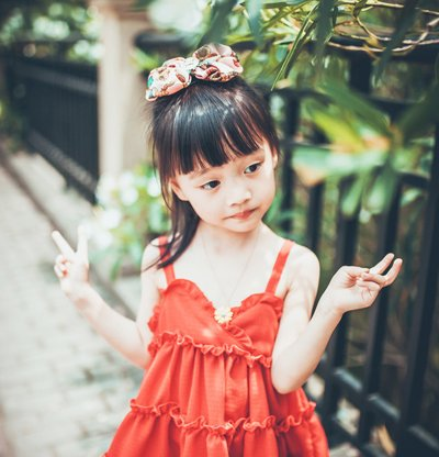 长发小女孩出门这样扎马尾 清爽利落又灵动可爱