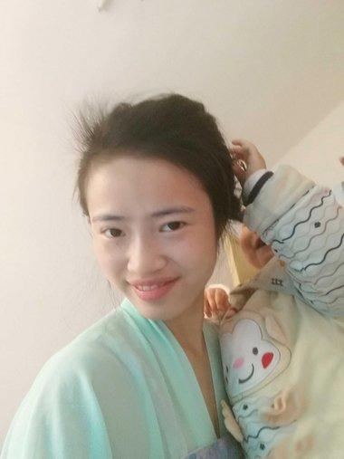 鹅蛋脸女生持簪子扎复古发型 舒适百搭的古典美扎盘发造型