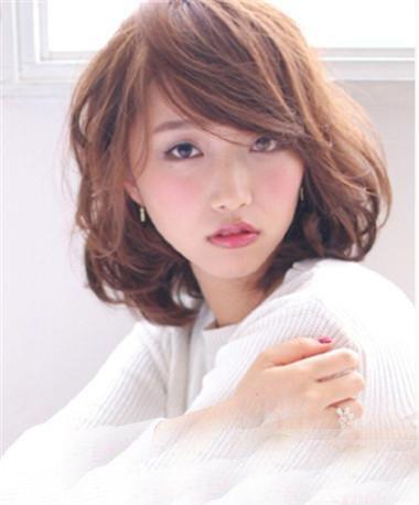 头顶头发稀少如何烫个可爱发型 女性头顶发际线稀疏适合的发型