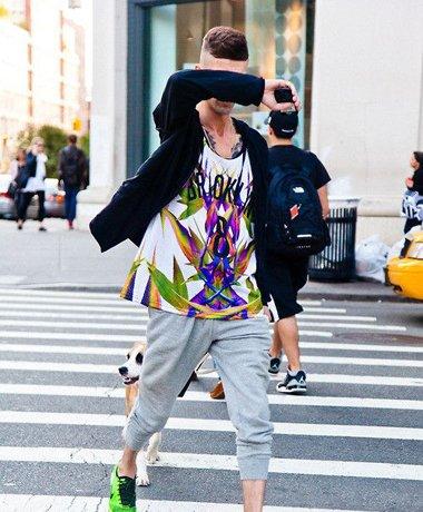 英伦少年上梳发出秋季街拍新品 年轻就该用个无所畏惧的露额头发型