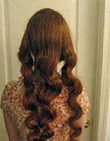 长发女生不用卷发棒也能拥有时髦卷发 只要睡觉前将头发编起来就行了