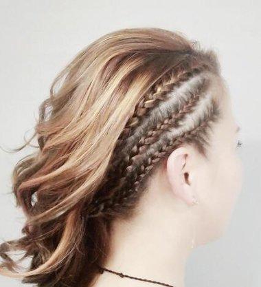 再美的侧梳卷都不如编个辫子 只编一边的辫子外形也挑发卷