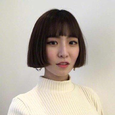 秋季韩国美女最新黑色内扣2018世界杯体育投注网站设计 搭配网红刘海缩脸又时髦