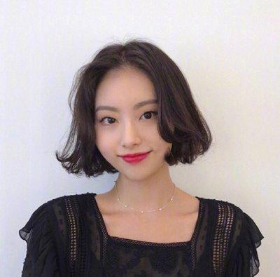 2019韩式女生黑色短烫发设计 玩转轻熟女人味儿做时尚弄潮儿
