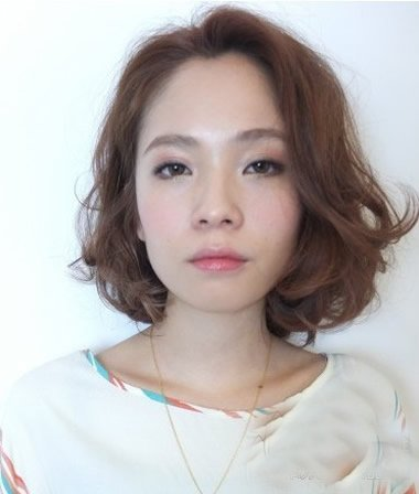 初秋必备的女士优雅大方短卷发 专属中年女性的微卷发造型赏析