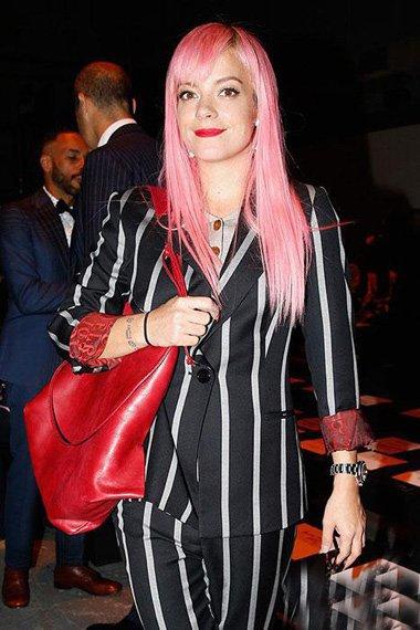 披肩长直发让你变身女神打开方式 打造时尚粉嫩公主风采发型系