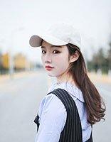 调皮小女生学起来的戴帽披散发 各种个性发色塑造出完美形象