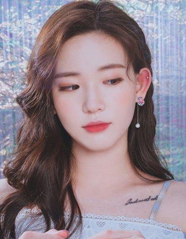 韩国妹纸把耳饰用成了发饰 露耳长发选对耳饰很关键