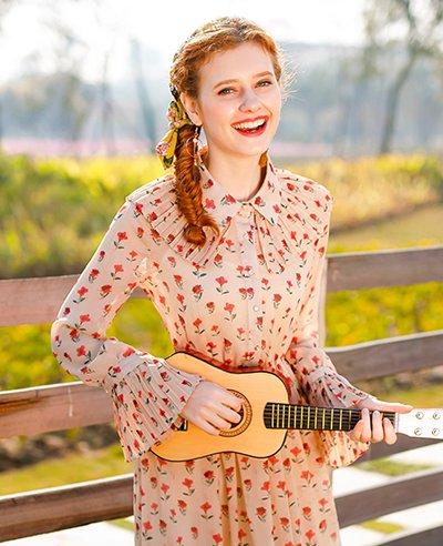 又到了穿长袖碎花裙的季节 秋天女生这样扎头发穿碎花裙很仙儿