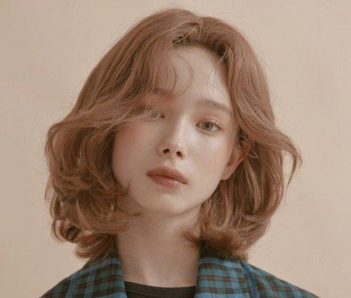 天生浓密发质不该成为烫卷发困扰 推选适合发量厚多的女生烫卷发型