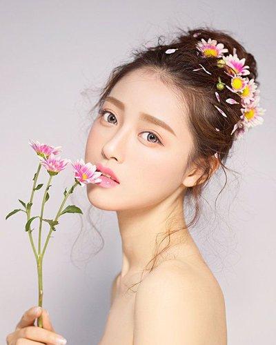 与花朵有约秋天再也不单调了 秋季女生盘发戴花朵清新浪漫
