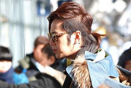帅爆棚的男生两边铲中间扎辫子 跟得上时代潮流方式的秋季扎发
