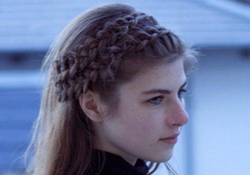 论气质女生得梳英伦风公主头发型 但甜美简单编发更适合生活