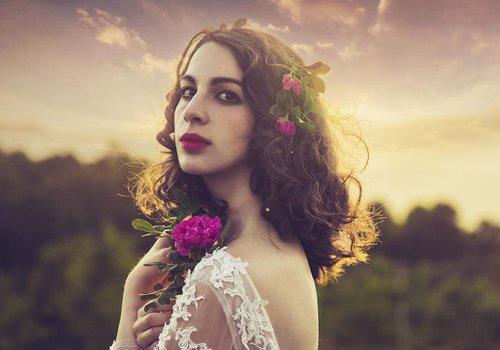 秋冬拍婚纱照色彩太单调? 以花束为头饰梳清新田园风新娘发型