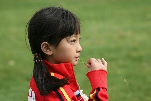 12岁小女孩绑扎出时尚流行发型 教你梳扎出女孩子的发型方法