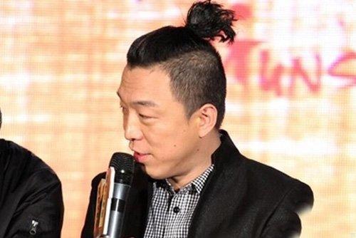 男生长发扎非主流小辫子发型 炫出独特无比的帅酷潮流梳扎发