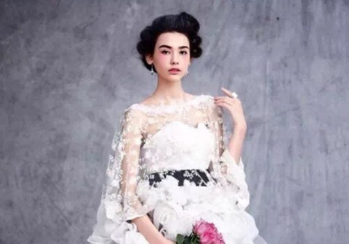 专属中国小脸女生的文艺新娘发型扎法 露额头几乎是小脸新娘发型标配了