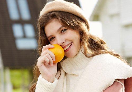 冬季迷人穿搭怎能少了卷发 女生帽子配卷发保暖又时尚优雅