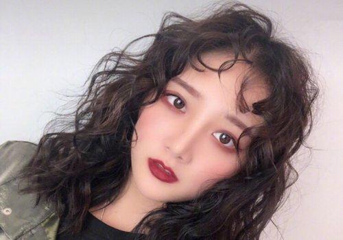 Ins上超火的女生长发泡面头了解下 2019女生泡面卷发型做个韩范儿小姐姐