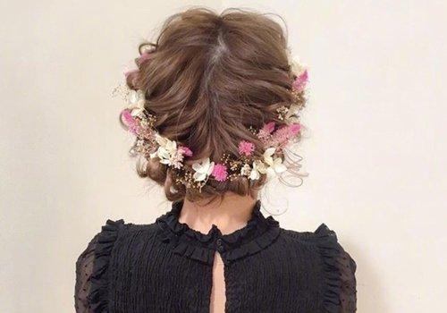 长卷发女生盘头发觉得不够浪漫吸睛? 五彩绢花帮你打造浪漫仙女范儿