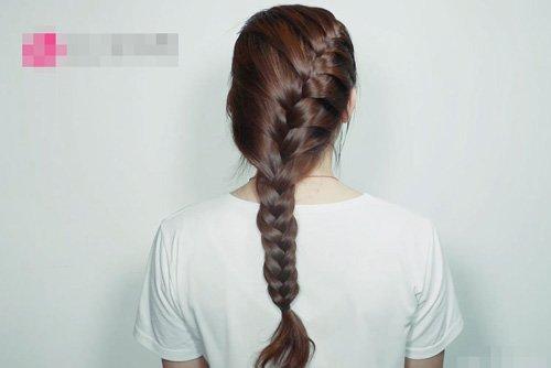 让女生轻松学会的蜈蚣辫造型 享受愉快周末时光蜈蚣辫编发图片
