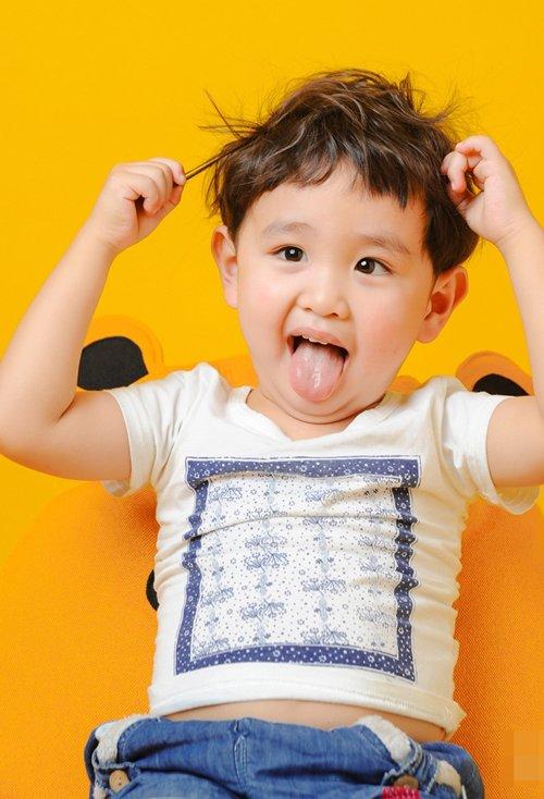 小男孩适合剪的帅气短头发发型 天真活泼男童剃卷发鬓角短设计
