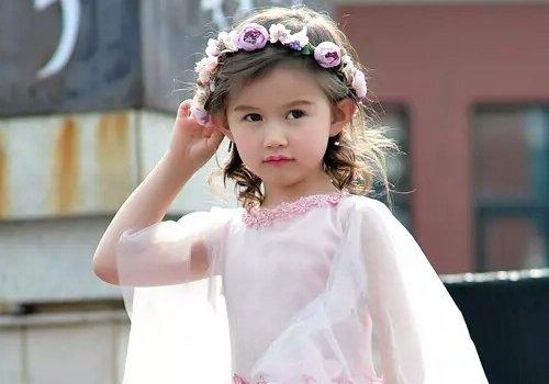 小小花童卷发成为婚礼上的精灵扮相 花童礼服发型怎么梳妈妈心里要有谱