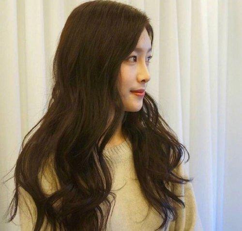 能让一边侧脸超温柔的卷发造型 翻新花样做卷发都只是为了一张脸