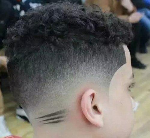 你以为给男童做刻字发型有多难 一笔能勾出的超2018世界杯体育投注网站刻字发型让理发师成了艺术家