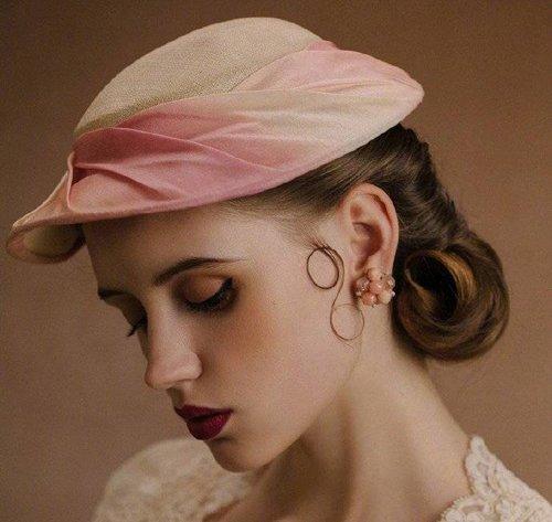 法式高定礼帽与盘发的完美演绎 知性高雅女士方能完全hold住