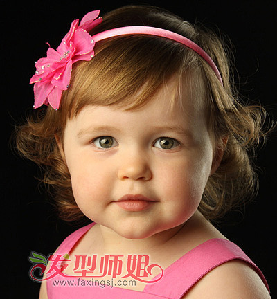 这是一位可爱的外国小女孩,毛茸茸的短发发丝烫出向外翻卷的造型,像图片