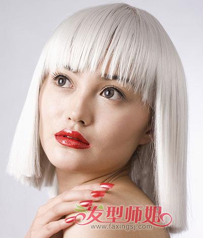 这款个性的女生白发发型有点像童花头造型,发丝的线条柔顺垂直,看图片