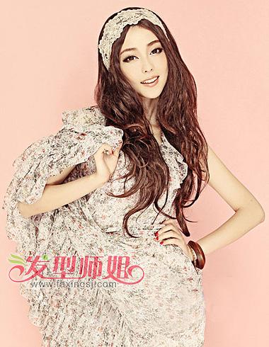 > 时尚甜美发型盘点 韩范淑女发型彰显青春活力(4)  中分长卷发是韩范