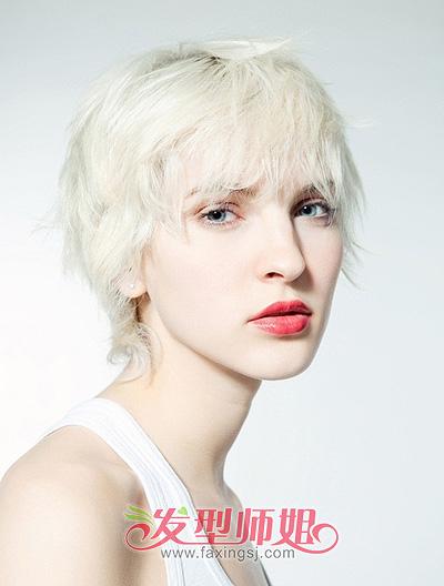 女生大多都是烫着时尚发卷的长发女郎图片