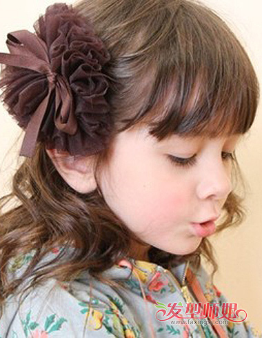 将 长头发梳偏分过肩发造型,发量多的那一侧在额头用一字夹固定头发图片