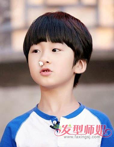 在小学生校园中几乎称得上是小明星的他,发型简单大方,黑色发色搭配图片