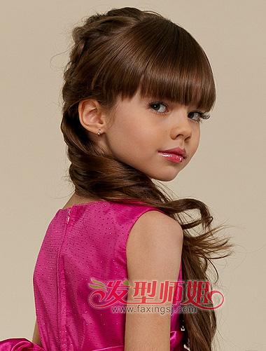 这样将头发编起来,成股的头发不容易松散,对小孩子的户外运动有好处.图片