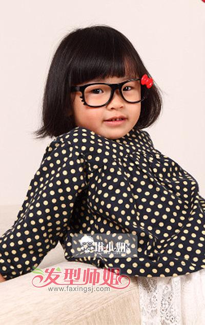 短发蘑菇头为小女孩戴上了一款宽宽的黑框眼镜,打造出非主流高清图片