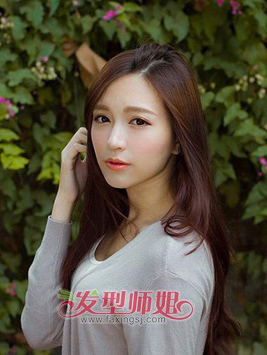 发量适中,头发的线条十分柔和的韩式女子 离子烫直发发型,斜梳的头发图片