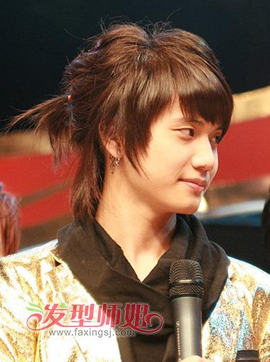 刘海长发等等造型也是层出不穷, 男生短发中长发扎辫子很常见,从日图片
