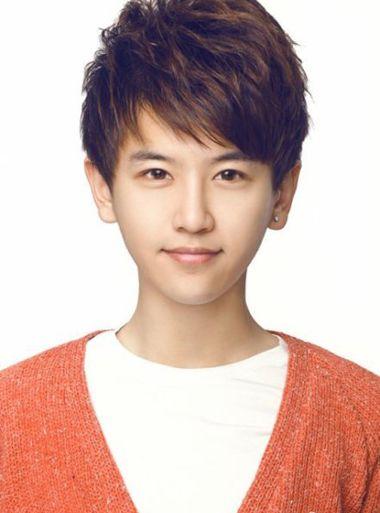 流行发型 刘海 >> 初中部男生剪什么斜刘海最好看 男学生怎么梳斜刘海图片