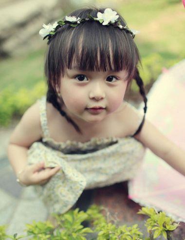 齐刘海小女孩双编麻花辫图片