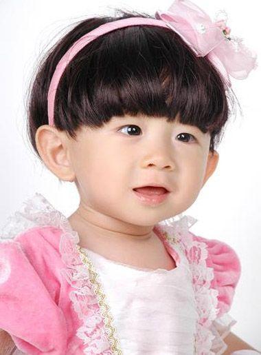 发量多的小女孩梳多发量短发波波头发型,服装的搭配依旧是挑选发箍的图片