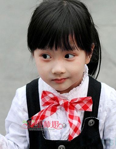 齐刘海小女孩中长发马尾扎发发型,黑色头发是小女孩发色的特征,齐