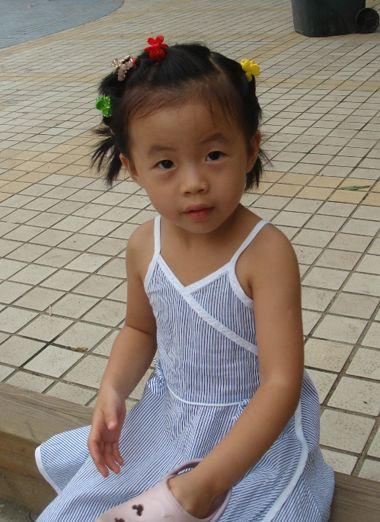 发型设计 儿童发型 >> 怎么扎短头发显长 小女孩扎短头发图片大全图片