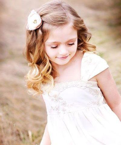 sp;天真可爱的小女儿是上天送的礼物,面对软软的甜美的小女儿,妈妈们就会想尽办法将女儿打扮的漂漂亮亮的,让自家的女儿永远最漂亮。其中为小女儿扎一款漂亮的发型,是妈妈们乐此不疲的事情,今天小编分享5款最新的小女孩扎发发型,让你家的女儿拥有更多美丽时尚的发型。  小女孩偏分发卡扎发 将小女孩的披肩