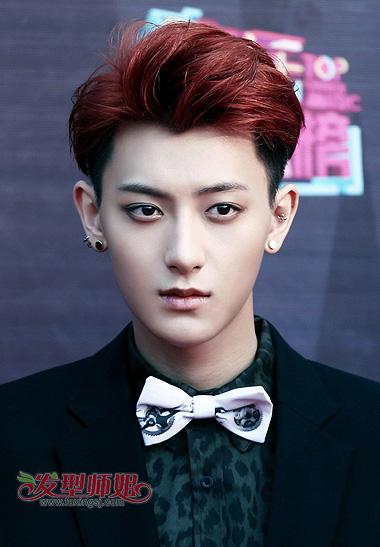 妖异的酒红色,下层头发是黑色的短寸发造型,小脸男生梳偏分 短发发型